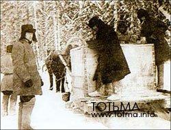 Поливка ледяной дороги в лесу