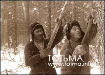 Валка леса лучковой пилой